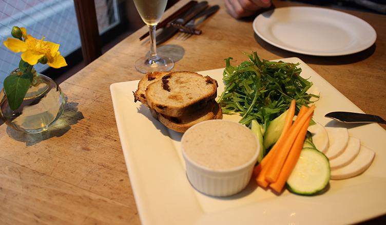 rillettes de porcs avec du pain et des légumes